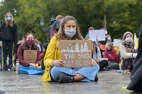 """25 SEP 2020, BERLIN/GERMANY:<br /> Junge Frau mit Schild """"The Snow must go on"""" und Mundschutz """"Kein Grad weiter"""", Fridays for Future Demonstration fuer Massnahmen gegen den Klimawandel, Brandenburger Tor, Strasse des 17. Juni<br /> IMAGE: 20200925-01-008<br /> KEYWORDS: Protest, Demonstrant, Demonstranten, Schueler, Schüler, Klimakatastrophe, FFF, Mundschutz, Mund-Nase-Schutz, Abstand"""