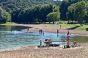 Nederland, Beek, 24-8-2016Wylerbergmeer heeft Blauwalg. Ondanks zwemverbod, advies niet te gaan zwemmen,  zijn er toch mensen in het waterFoto: Flip Franssen