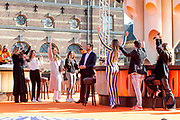 DEN HAAG, 27-04-2021, Paleis Noordeinde<br /> <br /> Vanaf het terrein van Paleis Noordeinde sluiten The Streamers Koningsdag feestelijk af. Op het binnenplein van het Koninklijk Staldepartement geven The Streamers het tweede concert van hun 'Holland Tour'. Foto: Brunopress/Patrick van Emst<br /> <br /> King Willem-Alexander, Queen Maxima with their daughters Princess Amalia, Princess Alexia and Princess Ariane during King's Day 2021<br /> <br /> Op de foto: Koning Willem-Alexander, Koningin Maxima met hun dochters Prinses Amalia, Prinses Alexia en Prinses Ariane met Guus Meeuwis, Rolf Sanchez, Kraantje Pappie, Suzan & Freek, VanVelzen, Davina Michelle, Paul de Munnik, Typhoon, Thomas Acda, Diggy Dex, Nick & Simon, Maan, Danny Vera, Miss Montreal, Paul de Leeuw, Duncan Laurence, Armin van Buuren en Frank Lammers