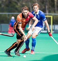 ROTTERDAM - Bob de Voogd (Oranje-Rood)  met Philip Meulenbroek (Kampong)  tijdens de wedstrijd om de derde plaats tegen Oranje Rood bij de ABN AMRO cup. COPYRIGHT KOEN SUYK