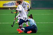 LAREN -  Hockey Hoofdklasse Dames: Laren v Pinoké, seizoen 2020-2021. Foto: Kelly Hoyng-Jonker (Pinoké, captain) met Macey de Ruiter (Laren, captain)