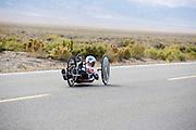 Liz McTernan met de Red Lighting. In Battle Mountain (Nevada) wordt ieder jaar de World Human Powered Speed Challenge gehouden. Tijdens deze wedstrijd wordt geprobeerd zo hard mogelijk te fietsen op pure menskracht. Ze halen snelheden tot 133 km/h. De deelnemers bestaan zowel uit teams van universiteiten als uit hobbyisten. Met de gestroomlijnde fietsen willen ze laten zien wat mogelijk is met menskracht. De speciale ligfietsen kunnen gezien worden als de Formule 1 van het fietsen. De kennis die wordt opgedaan wordt ook gebruikt om duurzaam vervoer verder te ontwikkelen.<br /> <br /> Liz McTernan with the Red Lighting. In Battle Mountain (Nevada) each year the World Human Powered Speed Challenge is held. During this race they try to ride on pure manpower as hard as possible. Speeds up to 133 km/h are reached. The participants consist of both teams from universities and from hobbyists. With the sleek bikes they want to show what is possible with human power. The special recumbent bicycles can be seen as the Formula 1 of the bicycle. The knowledge gained is also used to develop sustainable transport.
