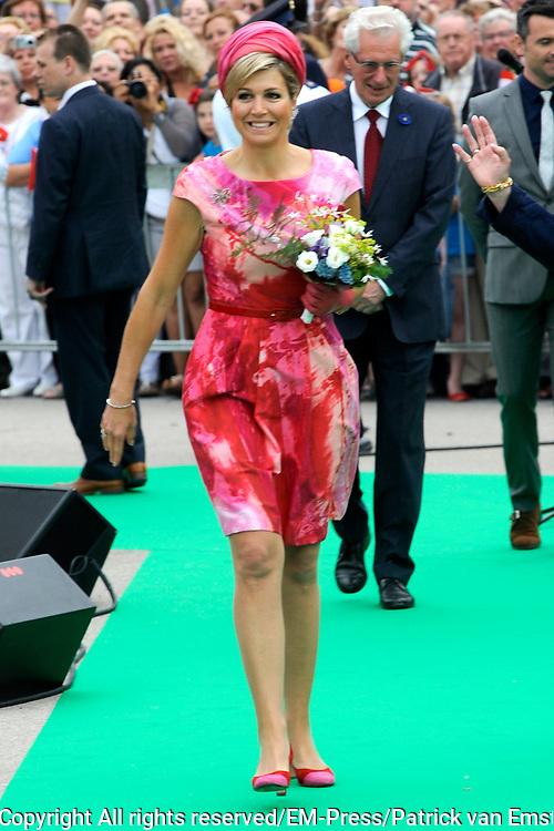 Zijne Majesteit Koning Willem-Alexander en Hare Majesteit Koningin Máxima bezoeken de provincie Flevoland. Koning en Koningin bij de Esplanade in Almere<br /> <br /> His Majesty King Willem-Alexander and Máxima Her Majesty Queen visits the province of Flevoland. King and Queen at the Esplanade in Almere