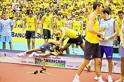 A seleção do Brasil comemora o título do campeonato Sul-Americano de vôlei disputado contra Argentina, no estádio Aecim Tocantins, em Cuiaba-MT. FOTO: Jefferson Bernardes / Preview.com