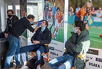 BLOEMENDAAL - Casper van der Veen (Bldaal)  wordt getest.  spelers kijken toe.  Corona sneltest bij de heren van Bloemendaal , 2 uur voor de oefenwedstrijd tegen Pinoke H1.   COPYRIGHT KOEN SUYK