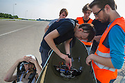 Een kleine reparatie wordt uitgevoerd aan het camerasysteem waarmee de fietser ziet waar hij rijdt. In Lelystad voert het Human Power Team Delft en Amsterdam, dat bestaat uit studenten van de TU Delft en de VU Amsterdam, de laatste testen uit met de VeloX4 voor de recordpoging eind juli in Duitsland. Tijdens het laatste weekend wil het team het uurrecord verbreken. In september willen ze een poging doen het wereldrecord snelfietsen te verbreken, dat nu op 133 km/h staat tijdens de World Human Powered Speed Challenge.<br /> <br /> In Lelystad the Human Power Team Delft and Amsterdam tests the VeloX4 for the last time before the hour record attempt in Germany end of July. With the special recumbent bike the Human Power Team Delft and Amsterdam, consisting of students of the TU Delft and the VU Amsterdam, also wants to set a new world record cycling in September at the World Human Powered Speed Challenge. The current speed record is 133 km/h.