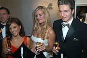 Miljonair Fair 2004 - Ondernemen is topsport<br /> De derde Miljonair Fair 2004, van 10 t/m 12 december in de RAI Amsterdam, was een daverend succes! Vier dagen lang sprankelende luxe op 20.000 vierkante meter RAI.<br /> <br /> Zwemster en Gouden Medaille winnaars Inge de Bruijn , Pieter van den Hoogenband en Leontien van Moorsel krijgen een Swatch horloge.