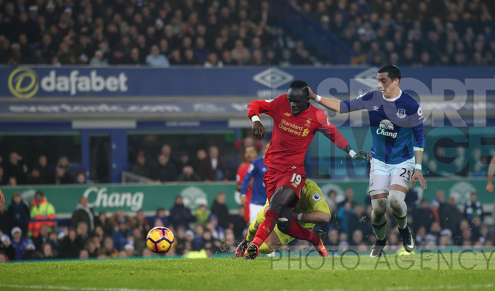 Sadio Mané of Liverpool scores during the English Premier League match at Goodison Park, Liverpool. Picture date: December 19th, 2016. Photo credit should read: Lynne Cameron/Sportimage