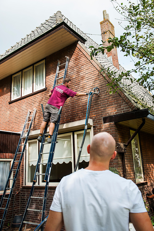 Netherlands, Breukelen, 19 sept 2014<br /> Aanbrengen spouwmuuisolatie in een jaren dertig woonhuis.  Er zijn gaten in de muur geboord waardoor zeer kleine bolletjes piepschuim tussen de muren worden geblazen. <br /> Foto: (c) Michiel Wijnbergh