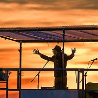 12.07.2020, Bauernhof, Stephansried, GER, Autokabarett mit Maxi Schafroth & Friends, auf dem elterlichen Bauernhof präsentierte Maxi Schaftroth ein Autokabarett während der Corona-Krise.<br /> im Bild auf einer Hebebühne gab er Teile seiner ausgefallenen Fastenpredigt zum besten, Sonnenuntergang, Abendrot<br /> <br /> Foto © nordphoto / Hafner