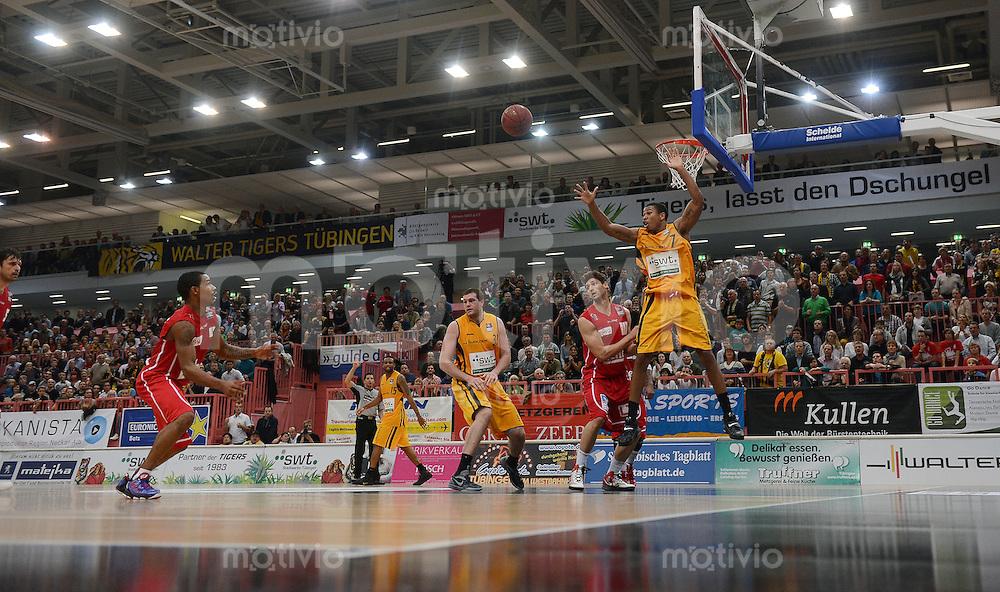 Basketball 1. Bundesliga   2012/2013  20.10.2012 Walter Tigers Tuebingen - LTi Giessen 46ers Spielszenen in der Paul Horn Arena