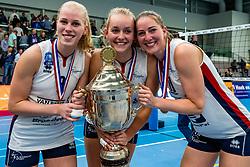 29-09-2018 NED: Supercup Sliedrecht Sport - Eurosped, Sliedrecht<br /> Sliedrecht takes the first price of the new season / Demi Korevaar #8 of Sliedrecht Sport, Denise de Kant #12 of Sliedrecht Sport, Carlijn Ghijssen-Jans #10 of Sliedrecht Sport