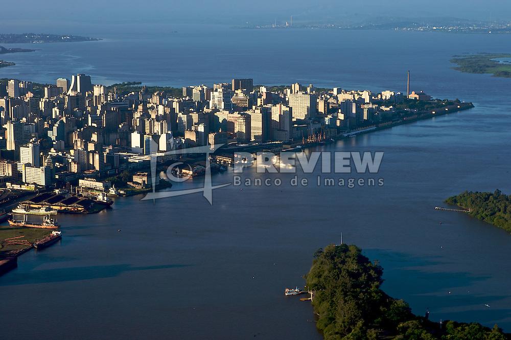 Vista aérea da cidade de Porto Alegre com o Cais do Porto e a Usina do Gasômetro ao fundo, em Porto Alegre. FOTO : Jefferson Bernardes/Preview.com