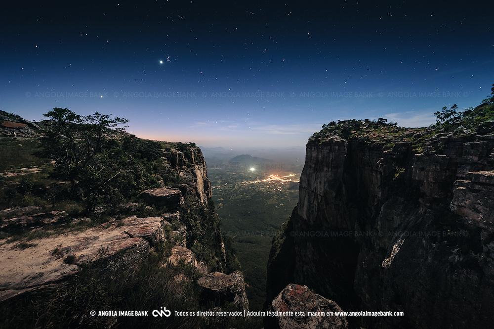 Foto nocturna da Fenda da Tundavala com vista para a Bibala. Província da Huíla, Angola