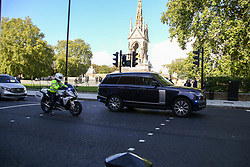 © Licensed to London News Pictures. 20/10/2021. London, UK. A convoy of royal vehicles moving through Kensington, West London on on Wednesday 20 October, the day that HM Queen Elizabeth II was admitted to hospital. The same convoy was seen leaving Windsor earlier that day. Photo credit: Dinendra Haria/LNP