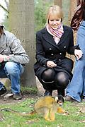 Verjaardag musical Tarzan in de Apenheul .<br /> <br /> Donderdag 27 maart bestaat de legendarische musical Tarzan 1 jaar! Vorig jaar was op deze datum de eerste voorstelling te zien van Tarzan in het Fortis Circustheater in Scheveningen. Dit moet gevierd worden. Om die reden trakteren Chantal Janzen (Jane), Ron Link (Tarzan)en Jeroen Phaff (Korchak) uit de musical Tarzan, alle apen in Nederland de komende week op 'apengebak'! <br /> <br /> Op de foto: Chantal Janzen bij de grote groep loslopende doodshoofdaapjes in Apenheul