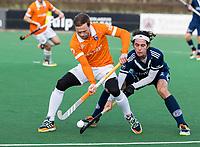 BLOEMENDAAL -   Roel Bovendeert (Bldaal) met Niek Merkus (Pinoke)  .oefenwedstrijd hockey heren, Bloemendaal H1- Pinoke H1 (3-2).  COPYRIGHT KOEN SUYK
