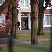 61ste verjaardag van koninging Beatrix Huis ten Bosch Den Haag, prins Constatijn arriveert bij zijn ouders met een oranje tas