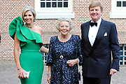 Aankomst van de koninklijke gasten op Paleis Het Loo voor het Diner.<br /> <br /> Arrival of the royal guests at Het Loo Palace for Dinner.<br /> <br /> Op de foto / On the photo: <br />  Koning Willem-Alexander en Koningin Maxima met prinses Beatrix / King Willem-Alexander and Queen Maxima with princess Beatrix