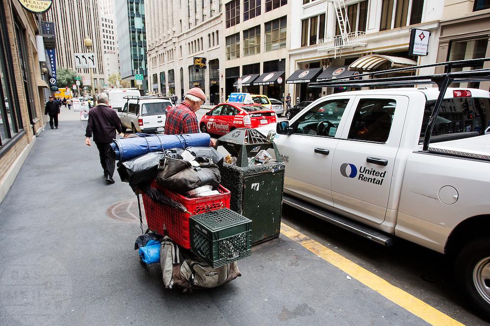 Een zwerver kijkt in de vuilnisbak in het Financial District in San Francisco waar veel hoofdkantoren van banken en grote ondernemingen zijn gevestigd. De Amerikaanse stad San Francisco aan de westkust is een van de grootste steden in Amerika en kenmerkt zich door de steile heuvels in de stad.<br /> <br /> A homeless man searches the trash cans at the Financial District of San Francisco where headquarters of banks and financial companies are located. The US city of San Francisco on the west coast is one of the largest cities in America and is characterized by the steep hills in the city.