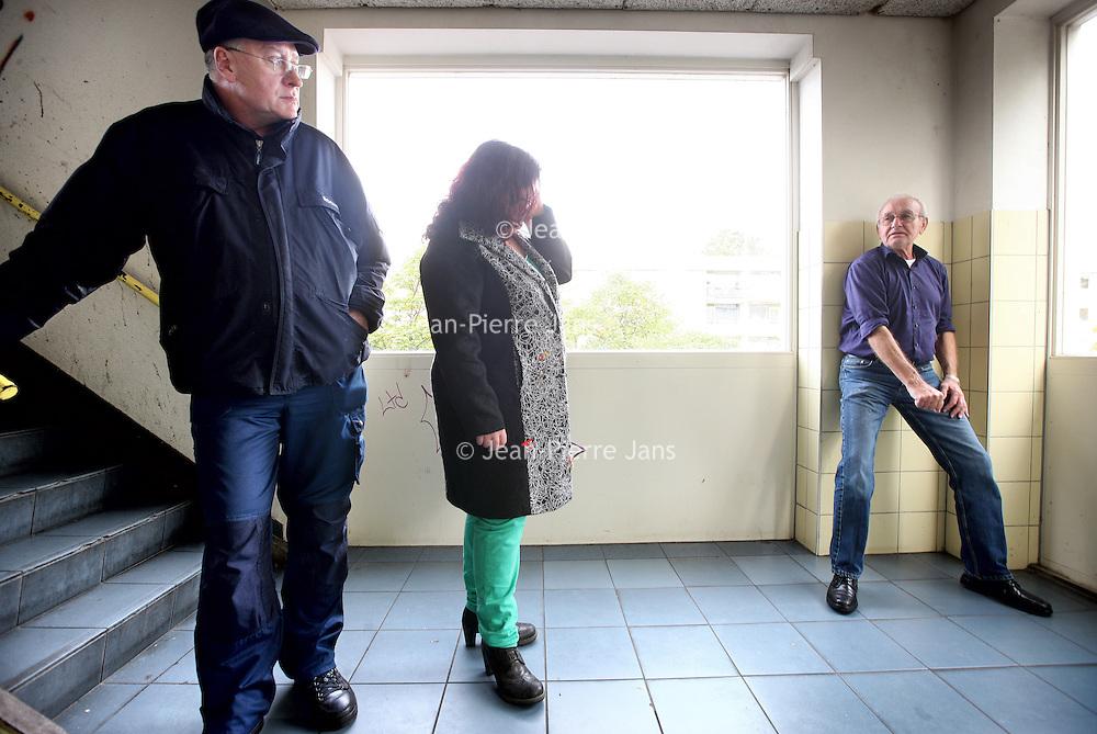 Nederland, Amsterdam , 9 oktober 2013.<br /> Wijkbeheerder van Rochdale Allan maakt samen met sociaal werker Suzanne en een flatbewoner in Amsterdam Noord een rondje door de flat op inspectie naar plekken in het trappenhuis waar aan wildplassen wordt gedaan.<br /> Op de foto: de buurtbewoner beschrijft hoe hij een vrouw haar rok zag optillen om staande in de portiek te plassen.<br /> Foto:Jean-Pierre Jans
