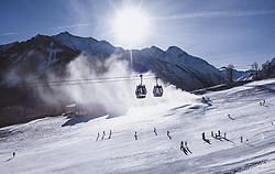 THEMENBILD - Skifahrer auf einer Piste mit Seilbahn und die umliegenden Berge, aufgenommen am 27. Dezember 2018 in Kaprun, Oesterreich // Skiers on a slope, a cable car and the surrounding mountains, Kaprun, Austria on 2018/12/27. EXPA Pictures © 2018, PhotoCredit: EXPA/ JFK