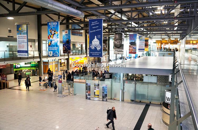 Duitsland, Weeze, 14-11-2018 Vlak over de grens ligt het regionaal vliegveld Niederrhein, Weeze, wat uitgegroeid is tot een belangrijke regionale luchthaven en als thuisbasis fungeert voor prijsvechter, chartermaatschappij Ryanair. In de regio bevindt zich ook vliegveld Dusseldorf. Naast passagiersvervoer wordt er veel luchtvracht vervoerd. Foto: Flip Franssen