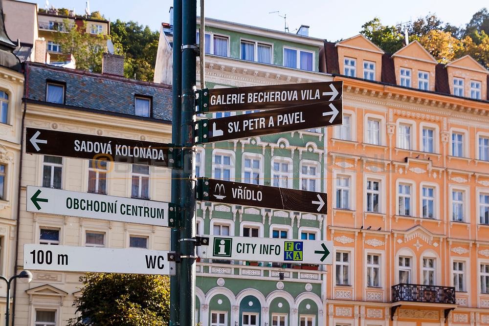 20-09-2015: Stadscentrum in Karlovy Vary (Karlsbad), Tsjechië. Foto: Wegwijzers in het kleurrijke centrum