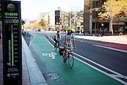 Fietsers passeren een fietsteller in San Francisco. De Amerikaanse stad San Francisco aan de westkust is een van de grootste steden in Amerika en kenmerkt zich door de steile heuvels in de stad. Ondanks de heuvels wordt er steeds meer gefietst in de stad.<br /> <br /> Cyclists pass a counter in San Francisco. The US city of San Francisco on the west coast is one of the largest cities in America and is characterized by the steep hills in the city. Despite the hills more and more people cycle.