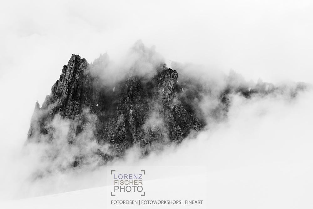 Fog is hiding the Aiguilles de Marbrees at the Col du Geant, Rifugio Torino, Italy / Les Aiguilles de Marbrees an einem nebligen und stürmischen Sommerabend im Mont Blanc Massif in der Nähe der Turiner Hütte