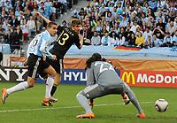 Fotball<br /> VM 2010<br /> Tyskland v Argentina<br /> 03.07.2010<br /> Foto: Witters/Digitalsport<br /> NORWAY ONLY<br /> <br /> Tor 0:1 v.l. Nicolas Otamendi, Thomas Mueller (Deutschland), Torwart Sergio Romero (Argentinien)<br /> Fussball WM 2010 in Suedafrika, Viertelfinale, Argentinien - Deutschland