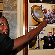 NLD/Amsterdam/20110125 - Opening Amsterdamse Effectenbeurs door cast Legally Blond, Pearl Jozefzoon wijst de foto aan van haar broer Roscoe Jozefzoon van het duo Rev & Roz die haar voor zijn gegaan
