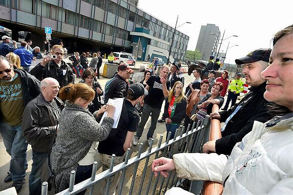 Nederland, Nijmegen, 5-4-2014Demonstratie ter ondersteuning van Geert Wilders en ter veroordeling van de aangifte van burgemeester Bruls, de Nijmeegse wethouders namens de Nijmeegse gemeenteraad. Een vrouw ondertekent de gezamelijke aangifte waarna organisator Angelo van den Bos de aangifte doet op het politiebureau tegen de burgemeester wegens machtsmisbruik.Foto: Flip Franssen