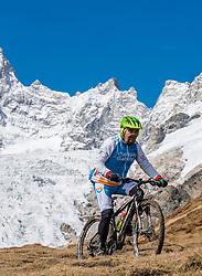 15-09-2017 ITA: BvdGF Tour du Mont Blanc day 6, Courmayeur <br /> We starten met een dalende tendens waarbij veel uitdagende paden worden verreden. Om op het dak van deze Tour te komen, de Grand Col Ferret 2537 m., staat ons een pittige klim (lopend) te wachten. Na een welverdiende afdaling bereiken we het Italiaanse bergstadje Courmayeur. Carlos