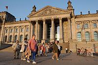 16 APR 2003, BERLIN/GERMANY:<br /> Besucher vor dem Reichstagsgebaeude, Sitz des Deutschen Bundestages, im Abendlicht, Fruehling<br /> IMAGE: 20030416-02-013<br /> KEYWORDS: Reichstagsgebäude, Frühling, Reichstag, Parlament, Westportal