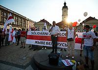 Bialystok, 20.08.2020. Marsz solidarnosci z Bialorusia przeszedl z centrum miasta pod siedzibe Konsulatu Generalnego Bialorusi. Organizatorami marszu byli BIalorusini pracujacy i uczacy sie w Bialymstoku, ktorych liczbe ocenia sie na ok 10 tys N/z przemawia Robert Tyszkiewicz posel i szef podlaskiej PO, obok Marina Leszczewska organizatorka marszu fot Michal Kosc / AGENCJA WSCHOD