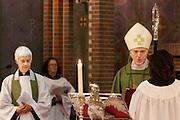 Aartsbisschop Joris Vercammen gaat voor tijdens de mis. Op zondag 31 oktober is in de Getrudiskathedraal in Utrecht  Annemieke Duurkoop als eerste vrouwelijke plebaan van Nederland geïnstalleerd. Duurkoop wordt de nieuwe pastoor van de Utrechtse parochie van de Oud-Katholieke Kerk (OKK), deze kerk heeft geen band met het Vaticaan. Een plebaan is een pastoor van een kathedrale kerk, die eindverantwoordelijk is voor een parochie. Eerder waren bij de OKK al twee vrouwelijk priesters geïnstalleerd, maar die zijn geen plebaan.<br /> <br /> Archbishop Joris Vercammen at the service in the cathedral. At the St Getrudiscathedral in Utrecht the first female dean of the Old-Catholic Church (OKK), Annemieke Duurkoop, is installed together with a new pastor Bernd Wallet. The church has no connections with the Vatican.