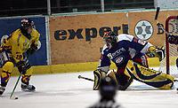 Ishockey  , UPC Ligaen , 3 . november  2005 , Hamar OL - Amfi  ,<br /> <br /> Storhamar  v  Vålerenga  (2-1)<br /> <br /> Patrick Yetman , Storhamar  prøver å score på Tyrone Garner .