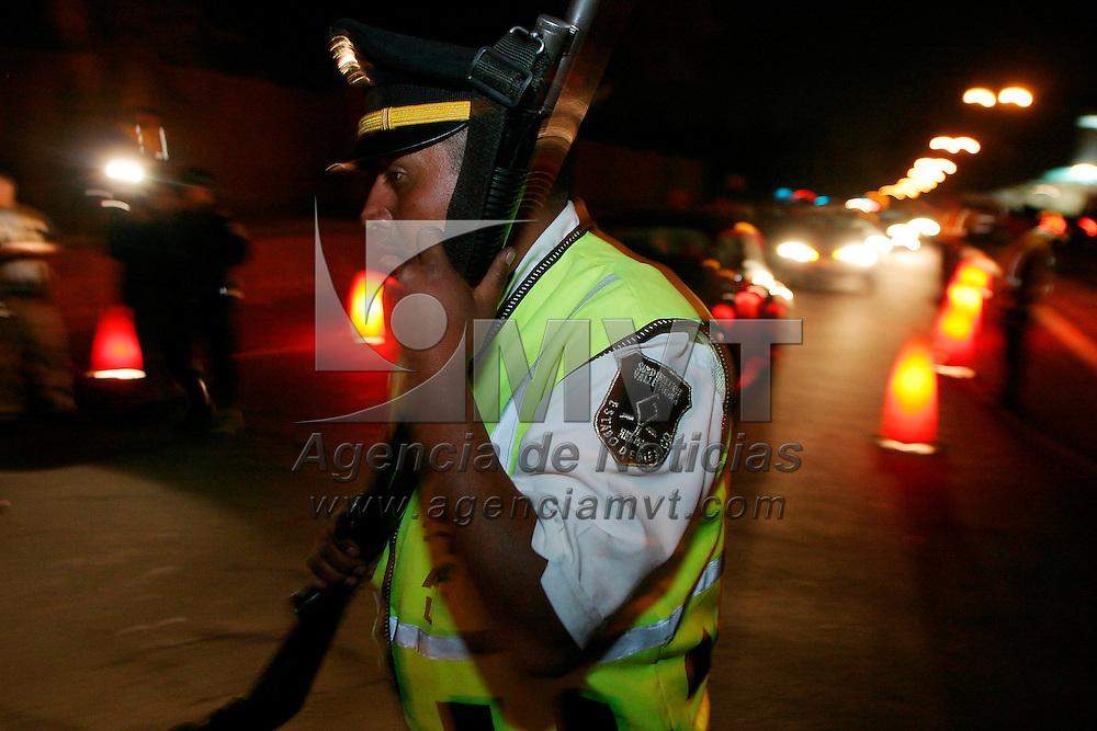 Metepec, Méx.- Policias estatales montan un reten en el acceso a las zonas residenciales del municipio de Metepec donde se tiene informacion que habitan los familiares de conocidos narcotraficantes y delincuentes recluidos en el penal de maxima seguridad de La Palma con el fin de detectar armas y droga. Agencia MVT / Mario Vazquez de la Torre. (DIGITAL)<br /> <br /> NO ARCHIVAR - NO ARCHIVE