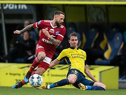 Andreas Maxsø (Brøndby IF) tackler bolden fra Emil Nielsen (Lyngby BK) under kampen i 3F Superligaen mellem Brøndby IF og Lyngby Boldklub den 1. marts 2020 på Brøndby Stadion (Foto: Claus Birch).