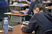 Nederland, Ubbergen, 17-5-2019 Eindexamen Biologie op de HAVO Notre Dame des Anges. Het examen wordt deels via de laptop computer afgenomen. Nadat de opgaven uit de kluis zijn gehaald worden ze voor de ogen van de leerlingen geopend en vervolgens uitgedeeld. Foto: Flip Franssen
