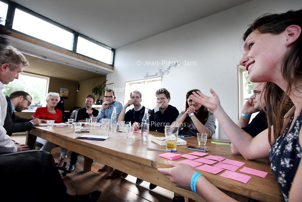 Nederland, Amsterdam , 21 augustus 2014.<br /> Roast XXL bijCafe de CeuvelinAmsterdam-Noord..<br /> Aanstaandedonderdag gaan we gezamenlijk10 baanbrekende initiatieveneen stap verderhelpen om de metropoolregio Amsterdam teveroveren én een stukje beter temaken.<br /> Dezenamen gaan tijdens the ROAST XXL onze honger naar vernieuwing stillen:<br /> De Dakdokters, AmsterdamseConserven Maatschappij, Crowdbuilding, Canhav, Public, Cash or Card, De GroeneBron,Vandebron, Mantelaaren onze eigenste gastheer:Café de Ceuvel.<br /> Geengoede ROAST zonder goede moderatoren, het ROASTen van de initiatieven zalgeleid worden door o.a:Jacqueline Cramer,BasVerhart(THNK),Jos Nijhuis(Schiphol Group),Hans van der Noorda(ING)&Marry de Gaay Fortman(Houthof Buruma),Tracy Metz(Stadsleven,Sense of Place),Ton Jonker,Sander van de Born(CGI) enClaartje van Etten(Amsterdam Citymarketing).<br /> Op de foto: Tijdnens de Roast van ondernemers van Amsterdamse Conservenmaatschappij  (rechts) op 1  vd woonboten met moderaters en aan het einde vd tafel Jacqueline Cramer.<br /> Foto:Jean-Pierre Jans