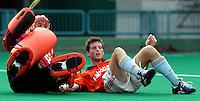 WK Hockey. Nederland-Zuid Afrika 3-0. Ronald Brouwer stuit op de Zuiafrikaanse doelman David Staniforth