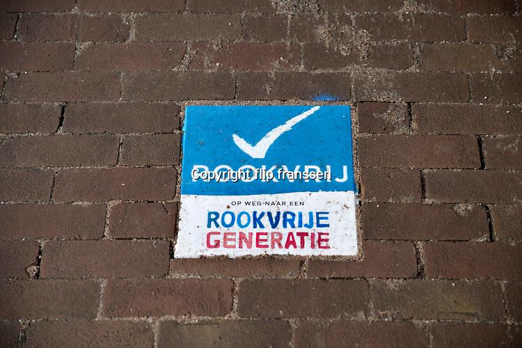 Nederland,Nijmegen, 28-2-2020  Tegel, stoeptegel, tegen het roken bij een ziekenhuis, rookvrije generatie . FOTO: FLIP FRANSSEN