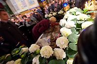 13.04.2012 Bialystok Wielki Piatek w Soborze sw Mikolaja w Bialymstoku. Tego dnia w cerkwi wystawiana jest Plaszczanica (calun z wizerunkiem Chrystusa zlozonego do grobu) N/z wierni caluja Plaszczanice fot Michal Kosc / AGENCJA WSCHOD