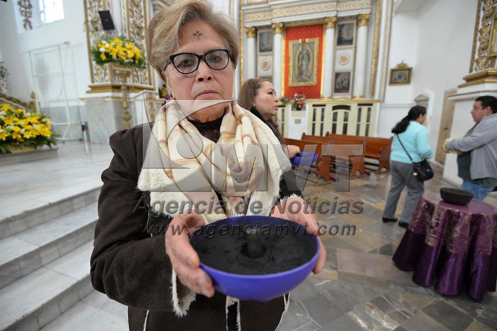 Toluca, México (Febrero 14, 2018).- Fieles católicos acudieron a las iglesias del Valle de Toluca para tomar ceniza y así dar inicio a la Cuarezma.  Agencia MVT / Crisanta Espinosa.