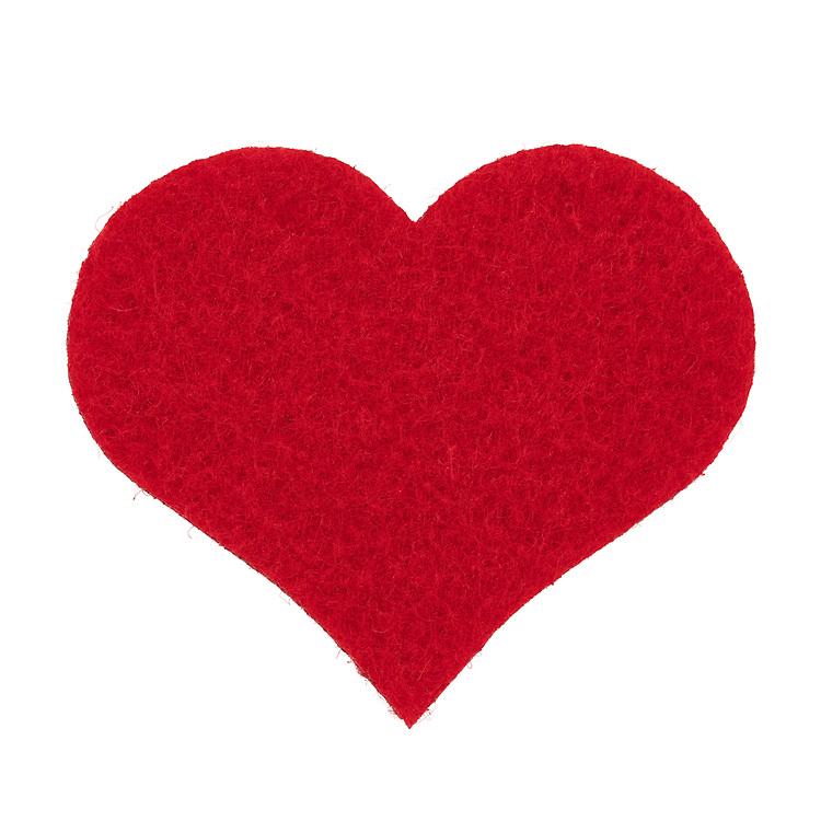 Rødt hjerte i filt, isolert mot hvit bakgrunn. Detaljert trådstruktur i høy oppløsning.