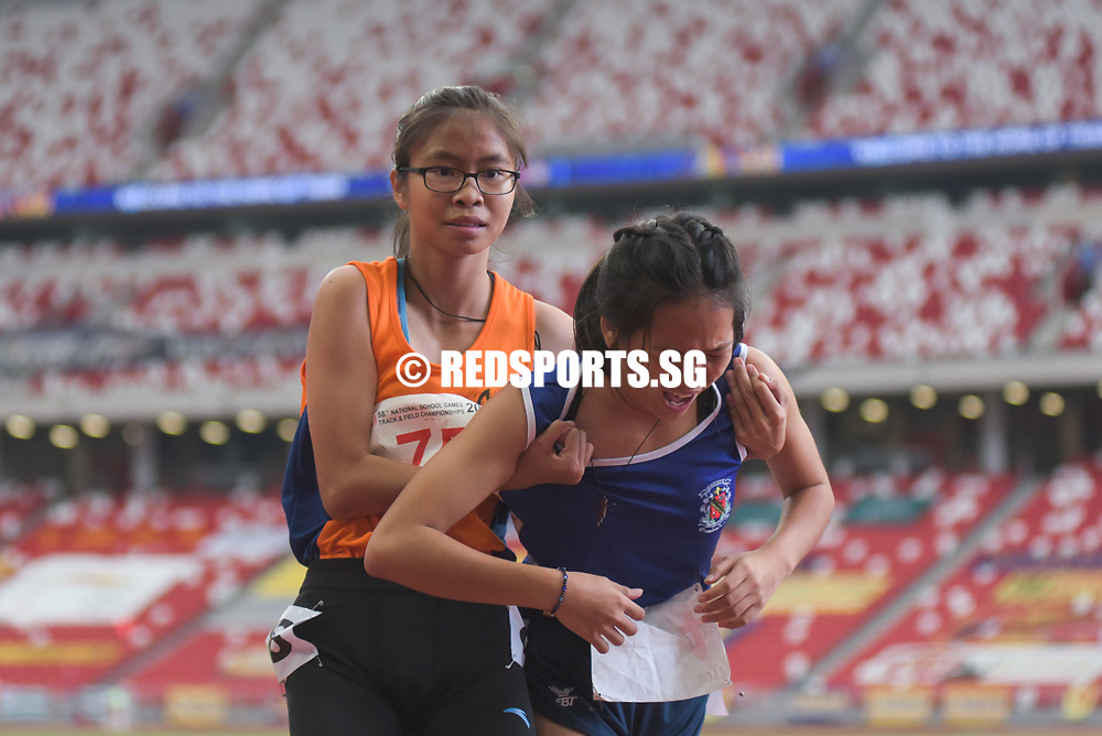 National Stadium, Friday, May 28, 2017 — Nan Hua High School captain Phoebe Tay narrowly held off the challenge of Amanda Wong from CHIJ (Toa Payoh) to finally strike gold at the 58th National Schools Track and Field Championships in the B girls 800 metres. Story: https://www.redsports.sg/2017/05/01/ab-girls-800m-nan-hua-phoebe-tay-hwa-chong-arissa-rashid/
