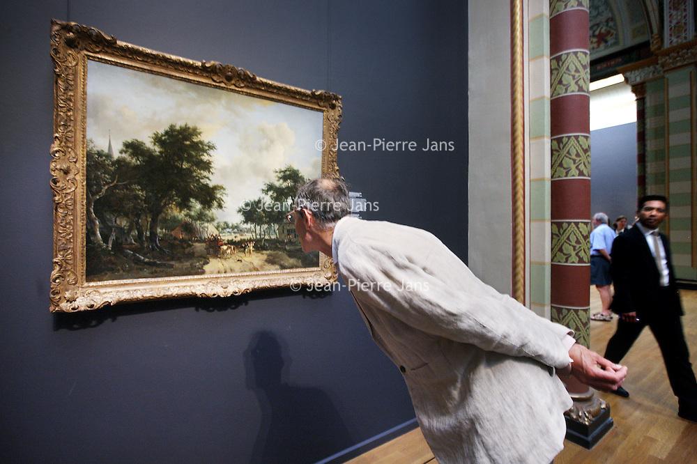 """Nederland, Amsterdam , 6 juni 2014.<br /> Topstuk van hobbema voor Rijksmuseum.<br /> Het Rijksmuseum in Amsterdam heeft een topstuk gekregen van de 17e eeuwse schilder Meindert Hobbema (1638-1709). Het gaat om het doek 'Boslandschap met een vrolijk gezelschap in een wagen' uit circa 1665.<br /> Een goed landschapsschilderij is als een mooi mannenpak. <br /> Het betreft 'de grootste schenking in de afgelopen 50 jaar', liet het museum vandaag weten. Het landschap behoort volgens het Rijksmuseum tot de beste werken van Hobbema, die tot de beroemdste landschapsschilders uit de Gouden Eeuw wordt gerekend.<br /> Masterpiece for Rijksmuseum.<br /> The Rijksmuseum in Amsterdam has received a masterpiece of 17th century painter Meindert Hobbema (1638-1709). It is the canvas """"Wooded Landscape with a merry company in a car"""" from around 1665."""