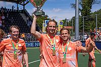 AMSTELVEEN -  Billy Bakker (Ned) met Jeroen Hertzberger (Ned) , Seve van Ass (Ned)  vieren de overwinning en de eerste plaats tijdens de finale van het EK Hockey tussen Duitsland en Nederland in het Wagener Stadion op 12 juni 2021 in Amstelveen. COPYRIGHT KOEN SUYK